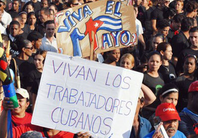 Alfabetizadores inician desfile del Primero de Mayo en Cienfuegos