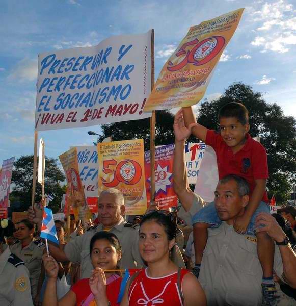 Desfile del Primero de Mayo de 2012 realizado en la Plaza de la Revolución Antonio Maceo de Santiago de Cuba, el 1 de mayo de 2012. (Foto: Miguel Rubiera Justiz)