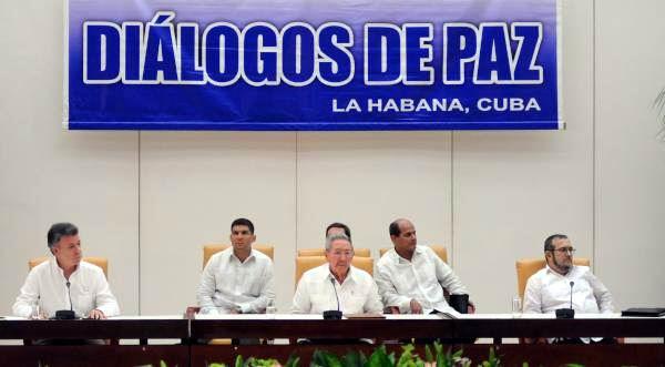 El General de Ejército Raúl Castro Ruz (C), presidente de los Consejos de Estado y de Ministros de Cuba, preside la ceremonia de un Comunicado Conjunto entre las delegaciones del Gobierno colombiano y las Fuerzas Armadas Revolucionarias de Colombia-Ejército del Pueblo (FARC-EP), con la presencia de Juan Manuel Santos (I), presidente de Colombia, y Timoleón Jiménez (D), líder de las Fuerzas Armadas Revolucionarias de Colombia -Ejército del Pueblo (FARC-EP), efectuada en La Habana, Cuba, el 23 de septiembre de 2015. Foto: Miguel Guzmán
