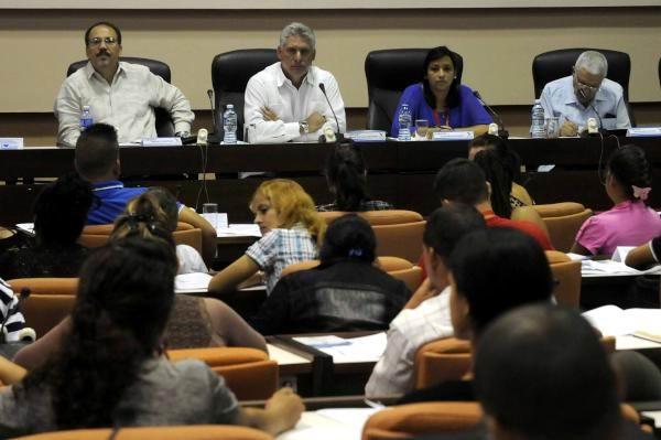 Miguel Díaz-Canel Bermúdez (C izq.), primer vicepresidente de los Consejos de Estado y de Ministros, y Sucelys Morfa (C der.), segunda secretaria de la Unión de Jóvenes Comunistas (UJC), durante la sesión de la Comisión Nuevos escenarios en la defensa de la patria: En mis manos la bandera, del X Congreso de la UJC, en el Palacio de Convenciones, en La Habana, Cuba, el 18 de julio de 2015. Foto: Abel Padrón