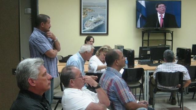 Díaz-Canel también visitó el Centro de Prensa preparado en el Hotel Meliá Santiago donde observó la conferencia de prensa ofrecida en el Ministerio de Relaciones Exteriores por el canciller  cubano Bruno Rodríguez Parrilla. Foto: Carlos Sanabia