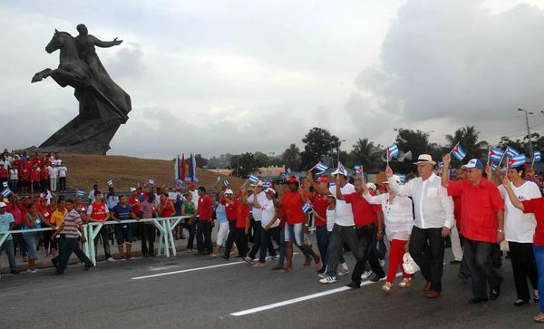 Miguel Díaz- Canel encabeza el desfile en Santiago de Cuba. Foto Miguel Rubiera