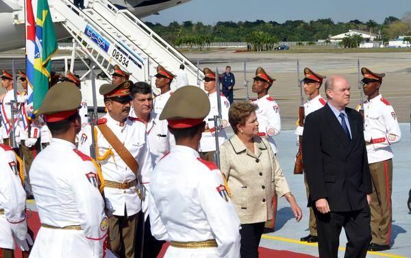 Dilma Rousseff (C), presidenta de la República Federativa del Brasil, arribó a nuestro país, cumplimentando una visita oficial, y presidiendo la delegación brasilera a la II Cumbre de la Comunidad de Estados Latinoamericanos y Caribeños (CELAC), el 26 de enero de 2014, en La Habana, Cuba. AIN FOTO/Marcelino VÁZQUEZ.