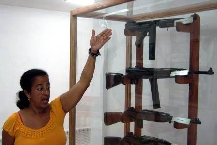 La m�ster Dorisbel Ramos especialista del complejo hist�rico muestra parte de las armas utilizadas en el frente guerrillero. Foto: Carlos Sanabia