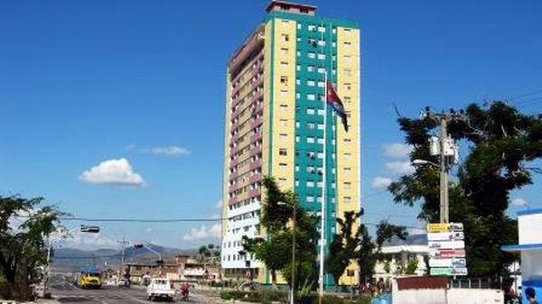 El hospital Oncológico y edificios como el de 18 plantas ubicado en la avenida Martí y carretera central, ya muestran beneficios de renovación. Foto: Carlos Sanabia.