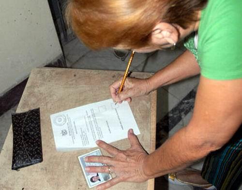 Electora cubana ejerce su derecho al voto.Foto: Calixto N. Llanes