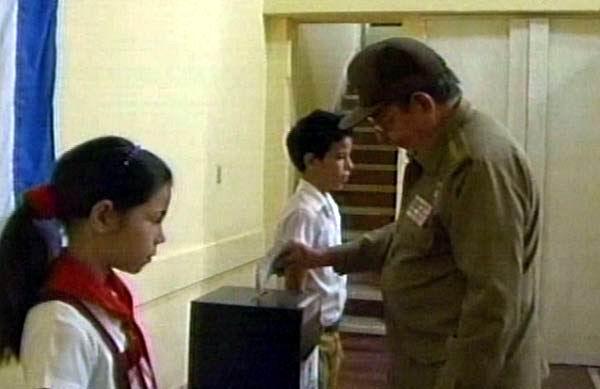 El General de Ejército Raúl Castro Ruz, presidente de los Consejos de Estado y de Ministros, ejerció su derecho al voto en horas tempranas de este domingo . Foto tomada de la TV cubana.
