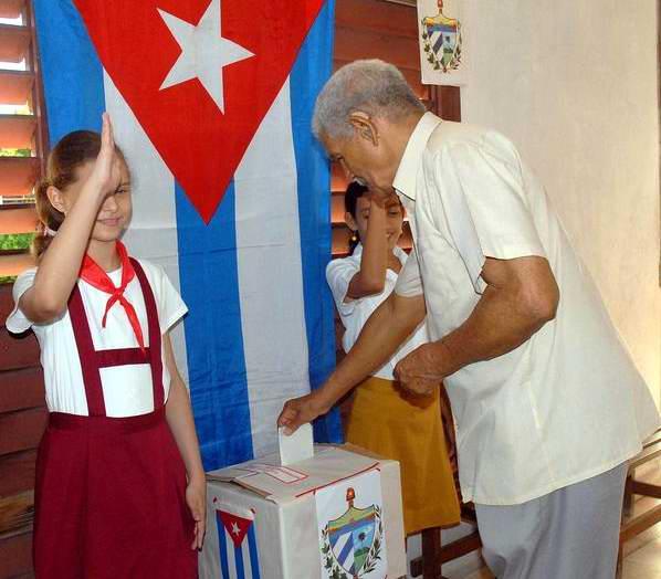 El compositor Enrique Bonne Castillo, ejerce su derecho al voto en las elecciones a delegados a las Asambleas Municipales del Poder Popular, en la provincia de Santiago de Cuba, el 21 de octubre de 2012.  Foto: Miguel Rubiera.