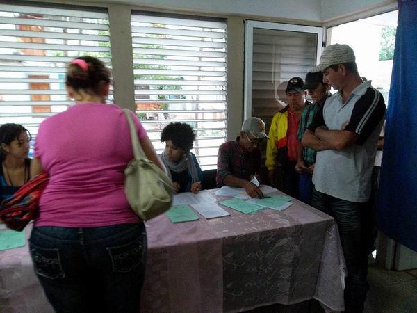 En los más de 1 400 colegios electorales en Las Tunas desde bien temprano se ejerce el derecho al voto. Foto: Manuel Olivares Chávez.