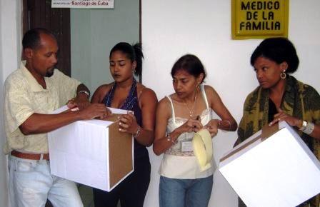 Sellado de las urnas para comenzar las elecciones generales en Cuba. Foto: Carlos Sanabia Marrero