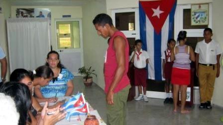 A las 7 de la mañana abrieron los 2 mil 912 colegios electorales en Santiago de Cuba y comenzó el flujo de los más de 770 mil santiagueros registrados para elegir 105 delegados a la Asamblea Provincial y 54 diputados al Parlamento. Foto: Carlos Sanabia Marrero