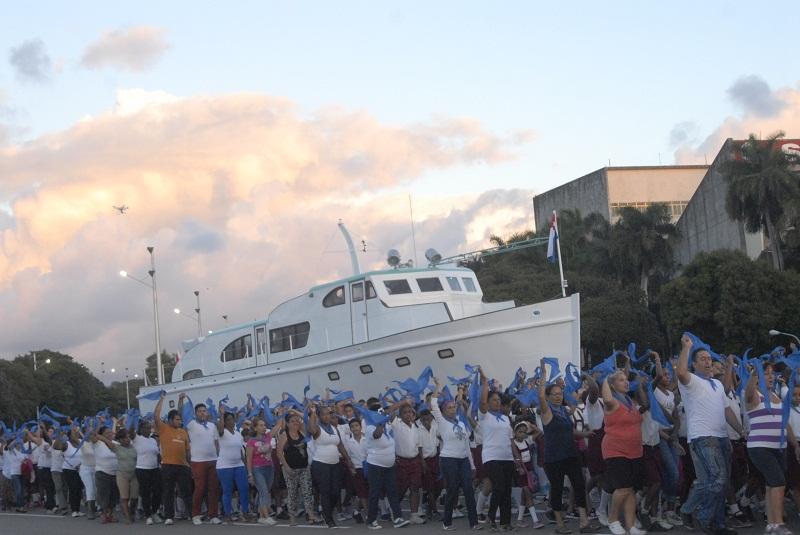 Desfile militar y popular en la Plaza de todos los cubanos