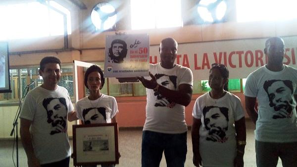 Otorga CTC placa por aniversario 50 de la caída del Che y sus compañeros