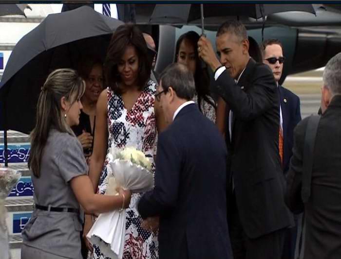 Cuba entregó a Michell Obama rosas blancas. Ojalá sean tiempos de amigos sinceros y manos francas. Foto: Twitter Rebelde