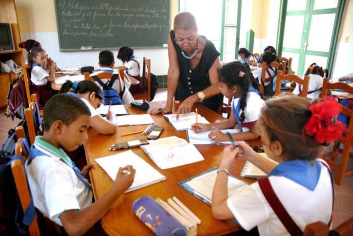 Ministra de Educación envía felicitación a los maestros cubanos