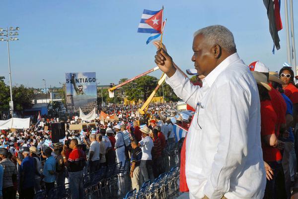 Esteban Lazo Hernández (D), miembro del Buró Político del Partido Comunista de Cuba (PCC) y Presidente de la Asamblea Nacional del Poder Popular, preside el acto por el Primero de Mayo, Día de los Trabajadores, en la Plaza de la Revolución Antonio Maceo, de Santiago de Cuba, el 1ro. de mayo de 2014. AIN FOTO/Miguel RUBIERA