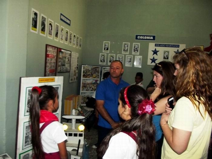 Los jóvenes procedentes del Centre College de Kentucky, con sus profesoras de Español y de Economía, dialogaron con los niños de la Escuela Primaria Josué País. Foto: Miozotis Fabelo