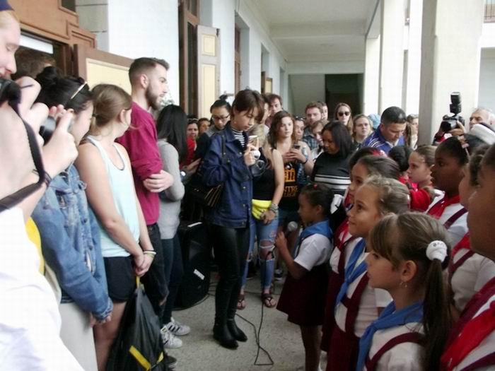 Un grupo de estudiantes del Centre College de Kentucky, en los Estados Unidos, visitó la Escuela Primaria Josué País, integrada a la Red de Centros Asociados de la UNESCO. Foto: Miozotis Fabelo