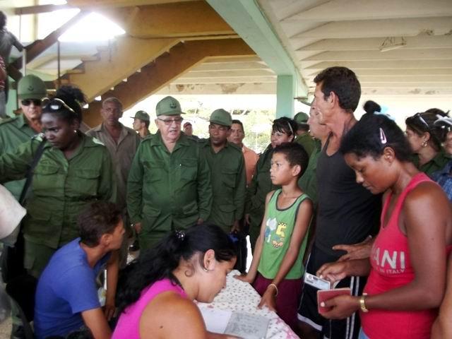 Con los evacuados en el Instituto Politécnico Dagoberto Rojas, en la comunidad Brasil, del municipio de Esmeralda