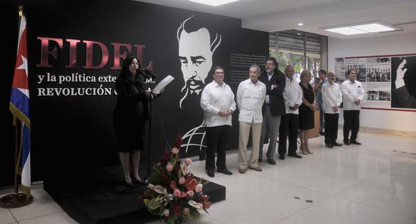 La periodista y escritora Katiuska Blanco Castiñeira (I), interviene durante la inauguración de la exposición fotográfica, Fidel y la Política Exterior de la Revolución Cubana. Foto: Oriol de la Cruz