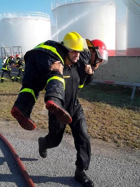 Rescate y salvamento en el ejercicio de extinción de incendio en el área de almacenamiento de combustible