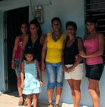 Familia holguinera en su nuevo hogar. Foto: Aroldo García.