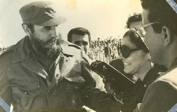 La periodista Mireya Ojeda junto a Fidel en el aeropuerto Jaime González, de Cienfuegos (1975)