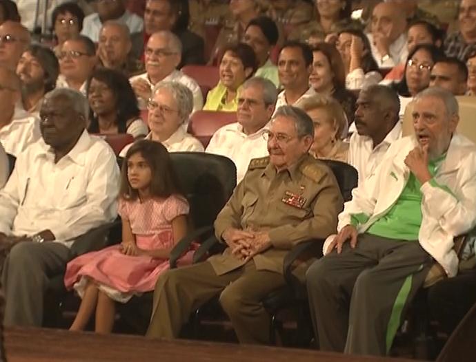 Amplia ovación recibe Fidel en Teatro Karl Marx