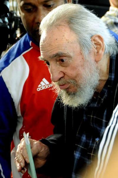 El Comandante en Jefe Fidel Castro Ruz, ejerce su derecho al voto en las Elecciones Generales a diputados al Parlamento cubano y delegados a la Asamblea Provincial del Poder Popular, en el Colegio Electoral # 1 de la Circunscripción 13 del municipio de Plaza de la Revolución, en La Habana, Cuba, el 3 de febrero de 2013. Foto: Marcelino Vázquez/AIN