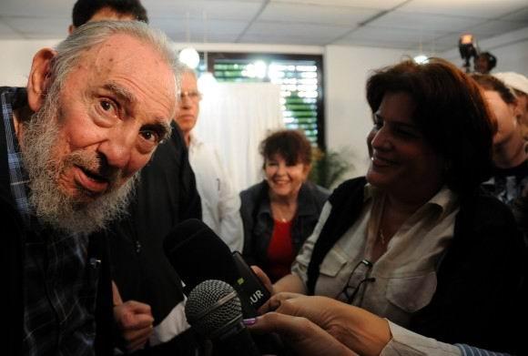 Fidel Castro conversa con los periodistas tras ejercer su voto. 3 de febrero de 2013. Foto: Ismael Francisco