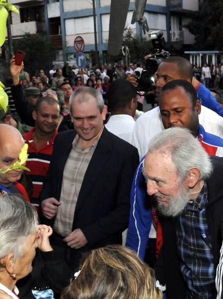 El Comandante en Jefe Fidel Castro Ruz, conversa con la prensa después de ejercer su derecho al voto en las Elecciones Generales a diputados al Parlamento cubano y delegados a la Asamblea Provincial del Poder Popular, en el Colegio Electoral # 1 de la Circunscripción 13 del municipio de Plaza de la Revolución, en La Habana, Cuba, el 3 de febrero de 2013. Foto: Marcelino Vázquez/AIN.