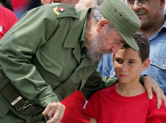 Fidel Castro junto a Elián González. un niño cubano que con apenas seis años, en noviembre de 1999 fue secuestrado por contrarrevolucionarios en Miami con el apoyo de familiares lejanos. El incidente se produjo tras ser rescatado por pescadores norteamericanos, completamente solo y aferrado a un Neumático de Automóvil