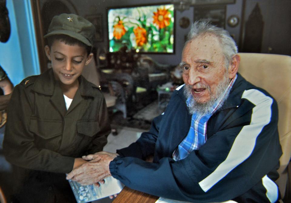 Fidel Castro junto al pequeño de 8 años Marlon Méndez Cabrera