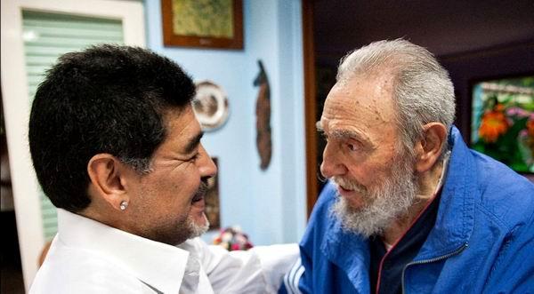 Fidel Castro da a conocer intercambio de cartas con Maradona