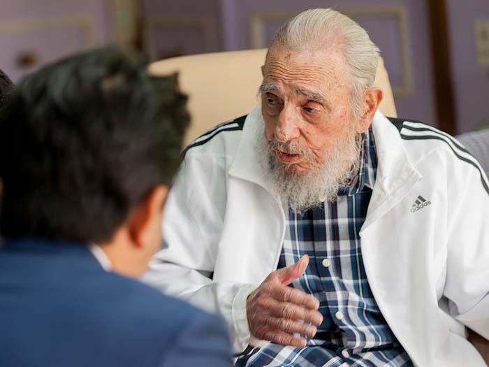 Sostiene Fidel Castro intercambio con el Primer Ministro de Japón. Foto: Alex Castro