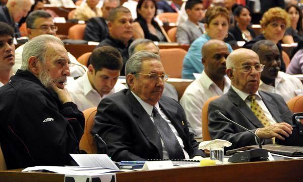 Fidel Castro (I), y el General de Ejército Raúl Castro Ruz (C), y José Ramón Machado Ventura (D), asisten a la sesión constitutiva de la Asamblea Nacional del Poder Popular, para su Octava Legislatura. Palacio de Convenciones de La Habana, Cuba, el 24 de febrero de 2013. Foto: Marcelino Vázquez/AIN