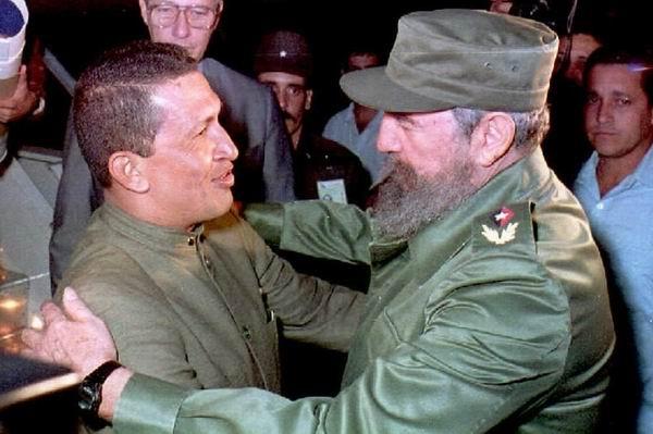 Fidel Castro y el entonces teniente coronel Hugo Chávez.