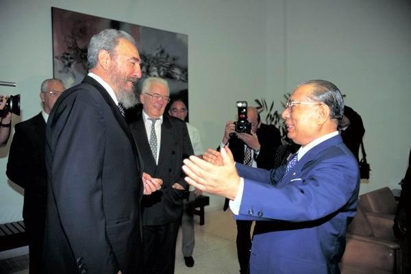 El presidente de Cuba, Fidel Castro (izquierda) y el presidente de la SGI, Daisaku Ikeda (derecha) en La Habana, 1996