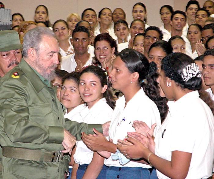 Fidel junto a maestros destacados. Foto: Roberto Suárez