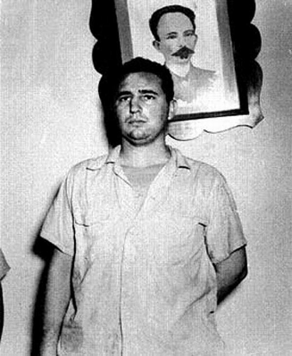 Fidel Castro fue fotografiado ante un afiche de José Martí en el Vivac de Santiago de Cuba, luego del Asalto al Cuartel Moncada