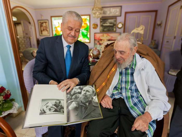 Encuentro cordial entre Fidel Castro y el Primer Ministro de Argelia