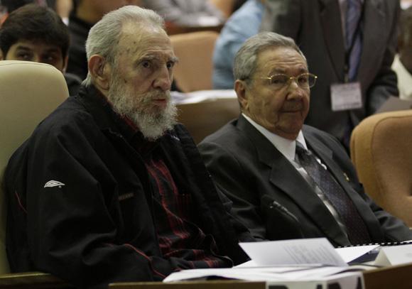 Fidel y Raúl Castro asisten a sesión constitutiva del Parlamento Cubano. Foto: Ismael Francisco.