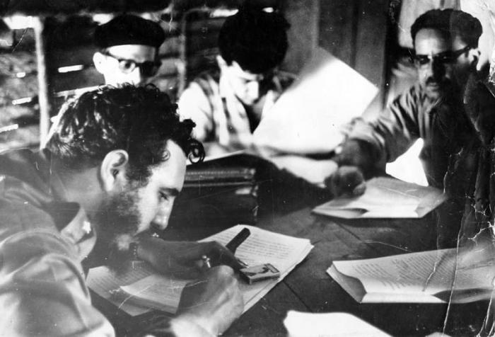 Fidel firma Primera Ley de Reforma Agraria