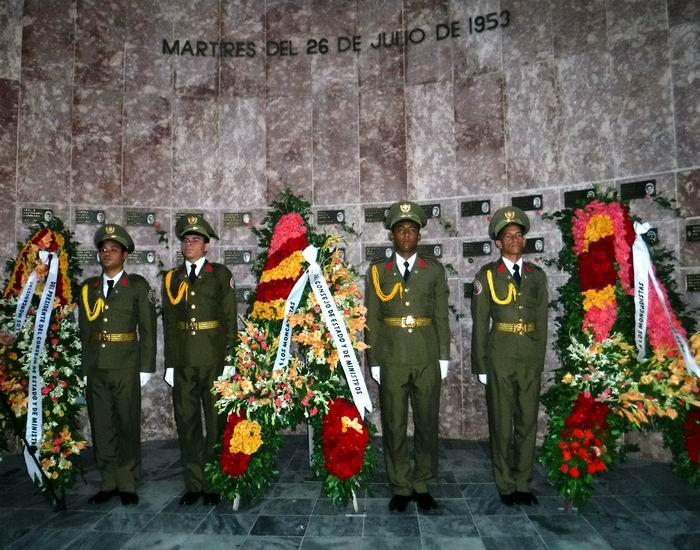 Ofrendas de Raúl, el Consejo de Estado y de Ministros y del Pueblo de Cuba a los Mártires del 26 de julio en el cementerio Santa Ifigenia. Foto: Carlos Sanabia