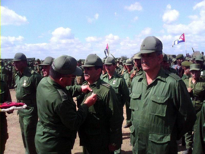En acto político un grupo de combatientes destacados en el cumplimiento del deber, fueron condecorados