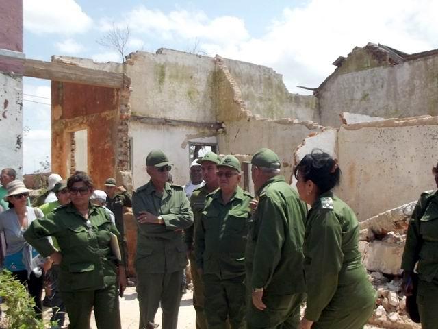 Acompañado por las máximas autoridades del Consejo de Defensa provincial, el General Espinosa Martín recorre áreas afectadas