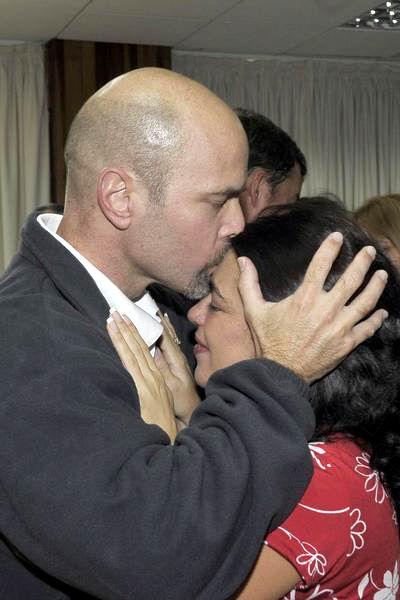 Gerardo besa a su esposa Adriana. La Habana, el 17 de diciembre de 2014. AIN FOTO/ Estudios Revolución