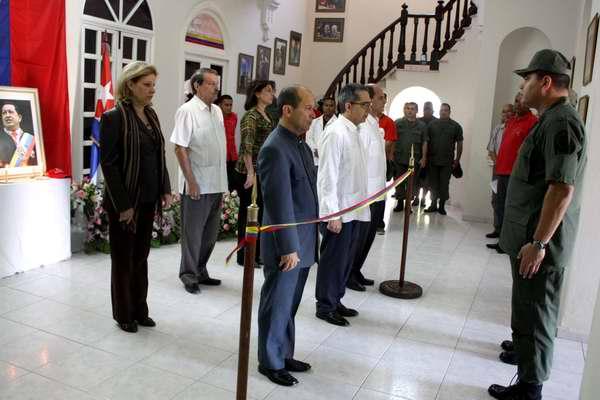 Guardia de honor de la Cancillería Cubana en la Embajada de Venezuela en La Habana