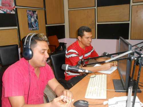 Haciendo Radio durante su transmisión en Radio Juvenil