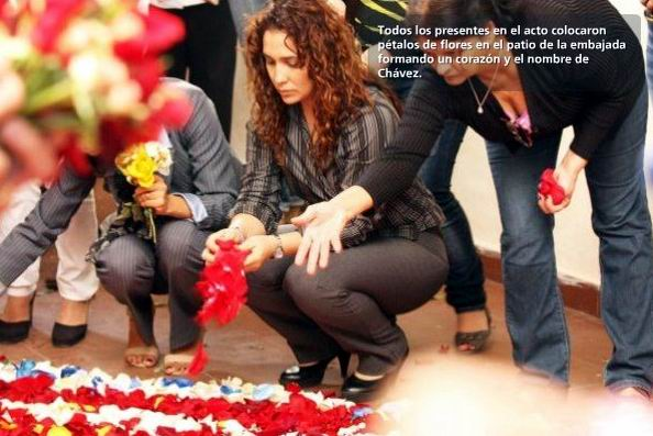 Entre pétalos y canciones de Alí Primera, en el patio de la embajada de Venezuela en La Habana, se dibujó una especial ofrenda multicolor al Comandante Hugo Chávez. Foto: Cortesía de la oficina de prensa de la embajada de Venezuela en Cuba.